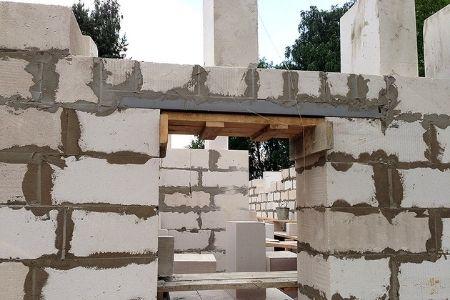 бетонная перемычка над дверью фото